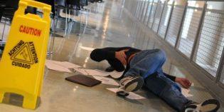 Negoziante responsabile in caso di caduta dei clienti a causa di acqua sul pavimento