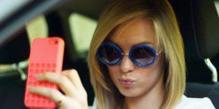 Multa e ritiro patente per chi usa il cellulare alla guida